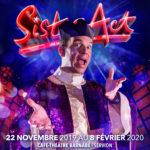 """Sur un avatar pour la promotion de """"Sister Act"""" au Théâtre Barnabé de Servion, Sarkis Ohanessian est habillé en prêtre déjanté. Il a une soutane blanche avec une toge à paillettes violette."""