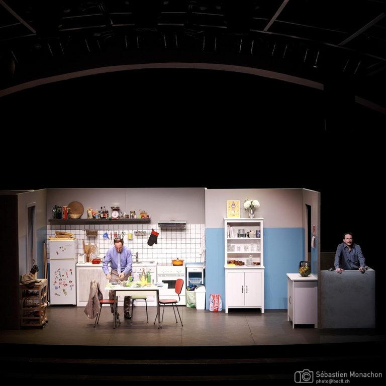 """Sarkis Ohanessian est sur la scène du Casino Théâtre dans """"Cuisine et dépendances"""" d'Agnès Jaoui et Jean-Pierre Bacri. Il est sur un balcon alors que Laurent Baier, son partenaire est dans la cuisine en train de s'affairer."""