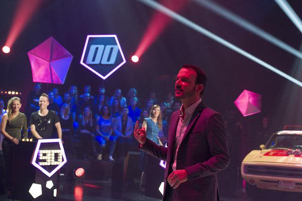 Sarkis Ohanessian, présentation de Générations à la Radio Télévision Suisse est en répétition. Il s'adresse à quelqu'un hors cadre. Dans le fond, on voit le décor du plateau.