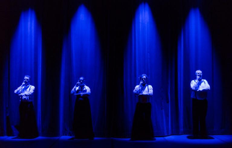 Les quatre Souffleurs aux Gradins, Sarkis Ohanessian, Julie Despriet, Axel van Exter et Jean-Claude Dubiez, sont en position de réflexion. Sous une lumière bleue en douche, ils ont une main contre le visage et l'autre bras à l'horizontale.