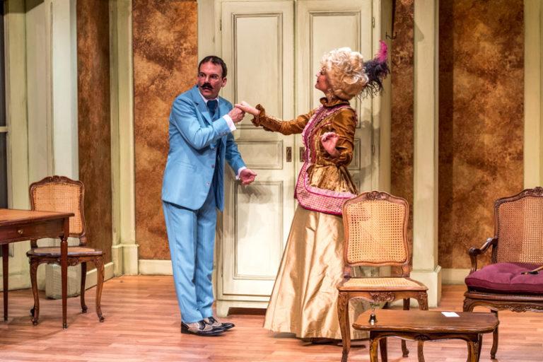 Sarkis Ohanessian, alias Henri Dujardin, vêtu d'un costume bleu, fait le baise-main à Marie-Agnès.
