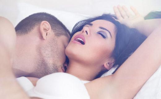 Un homme et une femme allongé. La femme jouit.