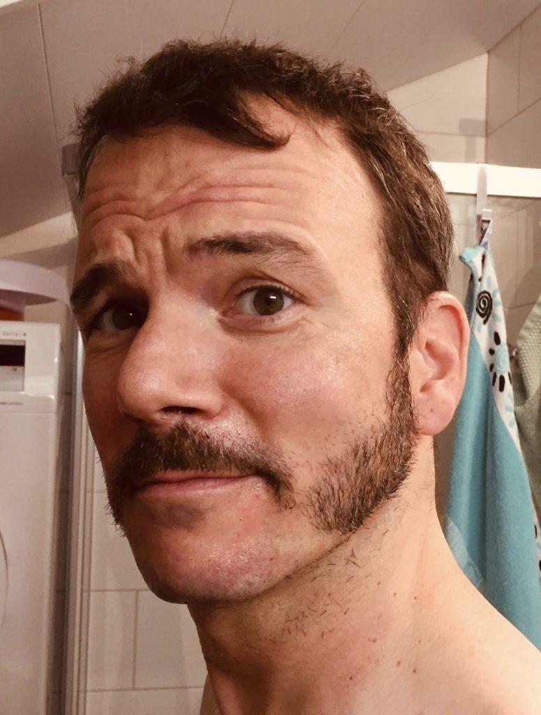 """Sarkis Ohanessian a dû raser sa barbe pour les besoin de ses divers rôles dans """"Sister Act"""" au théâtre Barnabé de Servion. Il a gardé des rouflaquettes et une moustache."""
