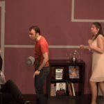 """Sarkis Ohanessian est sur la scène du Théâtre le Caveau dans la pièce """"Gros mensonges"""" de Luc Chaumar. Il est avec Estelle Zweifel, Christian Baumann et Julie Despriet. Il est vêtu d'un jeans noir et d'un t-shirt rouge."""