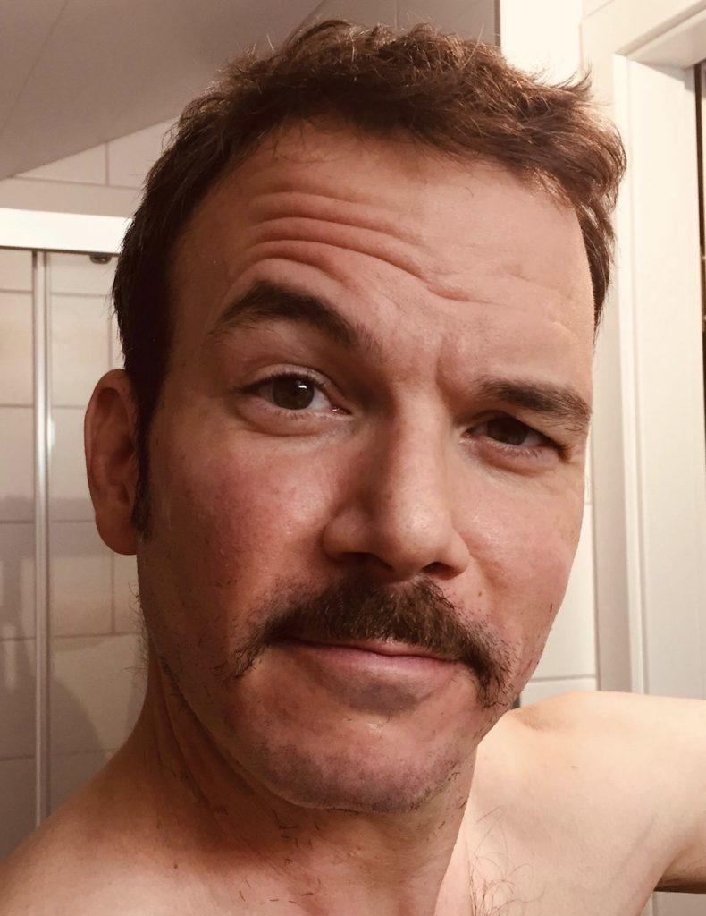 """Sarkis Ohanessian a dû raser sa barbe pour les besoin de ses divers rôles dans """"Sister Act"""" au théâtre Barnabé de Servion. Il a gardé juste une moustache."""