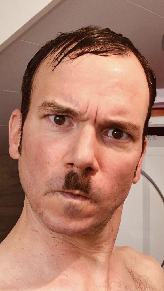 """Sarkis Ohanessian a dû raser sa barbe pour les besoin de ses divers rôles dans """"Sister Act"""" au théâtre Barnabé de Servion. Il a gardé une courte moustache à la Charlie Chaplin.."""