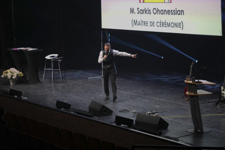 Sarkis Ohanessian présente les Promotions Citoyennes de la Ville de Genève au théâtre du Léman.