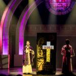 Sarkis Ohanessian, sur la scène du Théâtre Barnabé de Servion, joue Monseigneur O'hara. Il est vêtu d'une soutane banche avec une sorte de drapé violet à paillettes. A côté de lui, un compteur affiche 20 milles dollars.