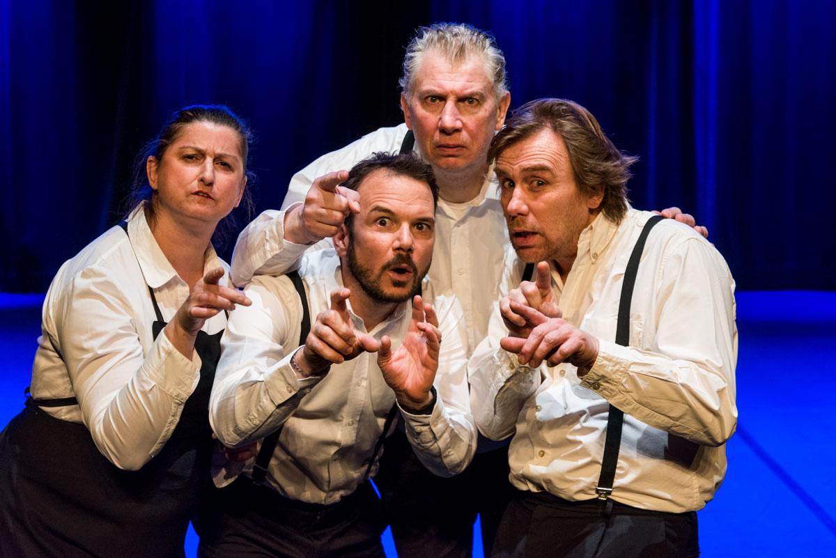 """Sarkis Ohanessian joue """"Souffleurs aux gradins"""" avec Julie Despriet, Jean-Claude Dubiez et Axel van Exter. Sarkis porte, comme Axel et Jean-Claude, un pantalon noir, une chemise blanche et des bretelles noires."""