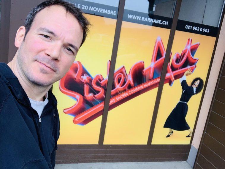 """Selfie de Sarkis Ohanessian devant l'affiche de """"Sister Act"""", devant le théâtre Barnabé à Servion."""