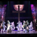 Les nonnes de Sister Act, au Théâtre Barnabé de Servion, sont en train de courir sur scène.