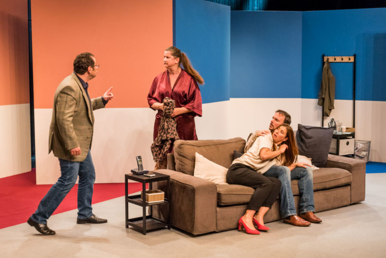 Sur la scène du Théâtre le Douze Dix-huit, on voit Fausto Borghini, Julie Despriet, Laurence Morisot et Sarkis Ohanessian.